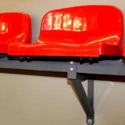 Сиденье со средней спинкой, устанавливаемое на стальной конструкции