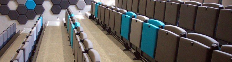 Trybuny teleskopowe z siedziskami tapicerowanymi